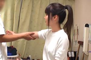 (秘密撮影)部活で肘を痛めたクロ髪ポニーテール10代小娘が少女マッサージ師に狙われる…