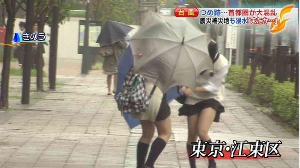 (放送事故)真面目なニュース番組で10代小娘の花柄おパンツがモロに映るwwwwwwwwww(※写真23枚)