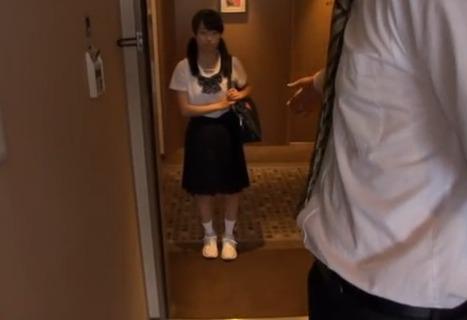 【個人撮影】担任から呼び出された小さな女子生徒が大人達に輪姦されてる…