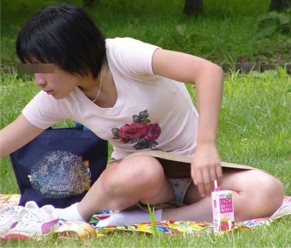 (ヒトヅマパンツ丸見え)奥さ~ん、ちょっとお股緩すぎでっせぇwwwwww子連れお母ちゃんのノーガードな股間が凄いwwwwww(写真15枚)