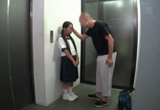 同じマンションに住む1年生の日焼け10代小娘をお家に連れ込み… 森川涼花