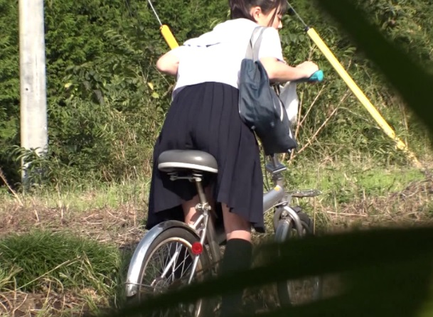 自転車のサドルに媚薬を塗られたJK。家まで我慢できずに通学路でおなにーを始めるww(高山えみり なつめ愛莉 桜木優希音)
