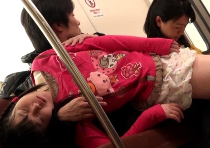 ひざ上に乗せたヨメの連れ子にむらむら…ヨメが寝ている隙に強姦するキチク男