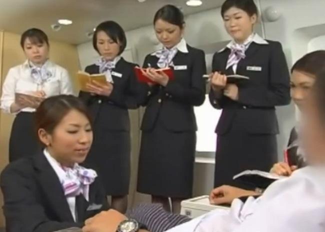 航空職場はここまできた☆新人キャビンアテンダントの研修で先輩キャビンアテンダントが男性客に対する性処理サービスを実践教育☆