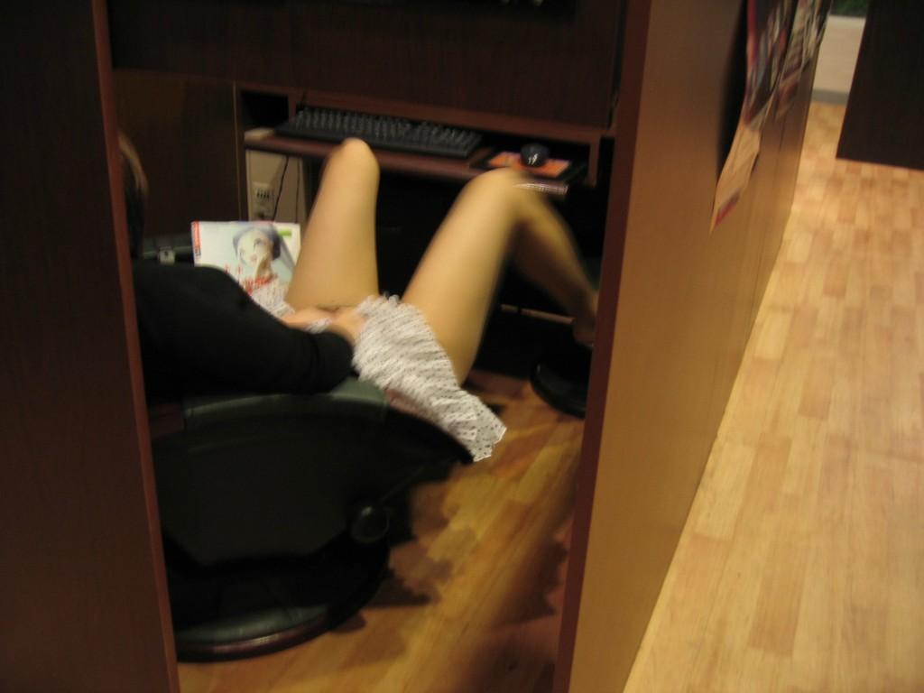 (おなにー秘密撮影)個室ブースだからって気をつけろよwwwwネカフェでおなにーしてる女がバレバレ…