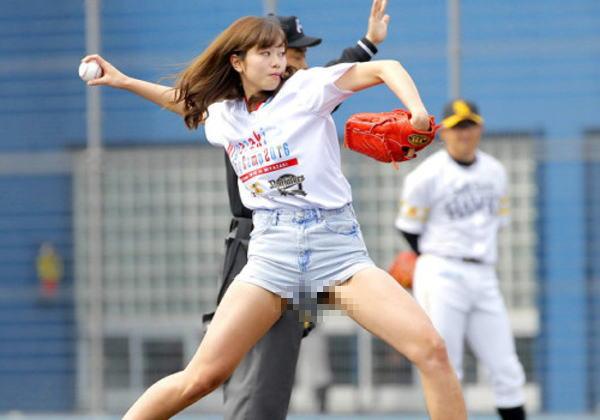 (※アウト※)「神スイングの稲村亜美、3塁手にだけビラビラ始球式」と話題の写真がコレwwwwww(拡大モザ無しあり)