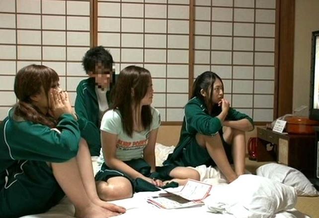 (10代小娘)修学りょこうで起きた奇跡☆民宿の有料チャンネルをBOYの家で見た女子グループがムラムラしちゃって…