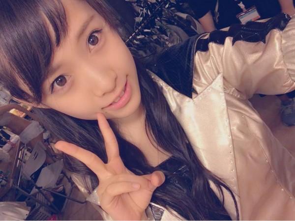 (保存必至☆)AKB楽屋裏で市川愛美(16)の自撮りに脱衣中のメンバーの裸が映る事故w 拡大写真あり☆