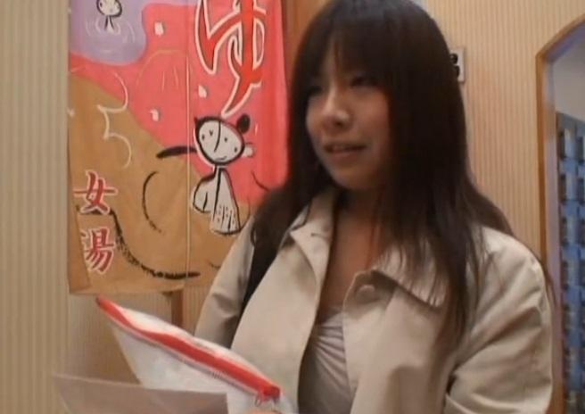 (シロウト)男湯に潜入して男性客にテコキしたら10萬円☆高額アルバイト広告に釣られた小さい乏女子にキチクミッションwwww