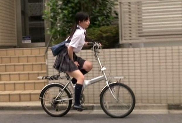 自転車のサドルに媚薬を塗り込まれて我慢できずにオナニーするJK!近づいてチンポを差し出すと…