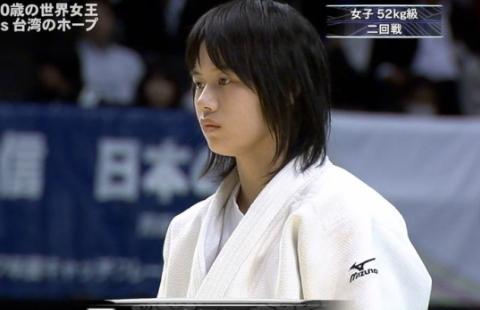 (衝撃写真)柔道で女子の道着が脱げて『局部がクッキリ』写ってしまう事故発生wwwwww
