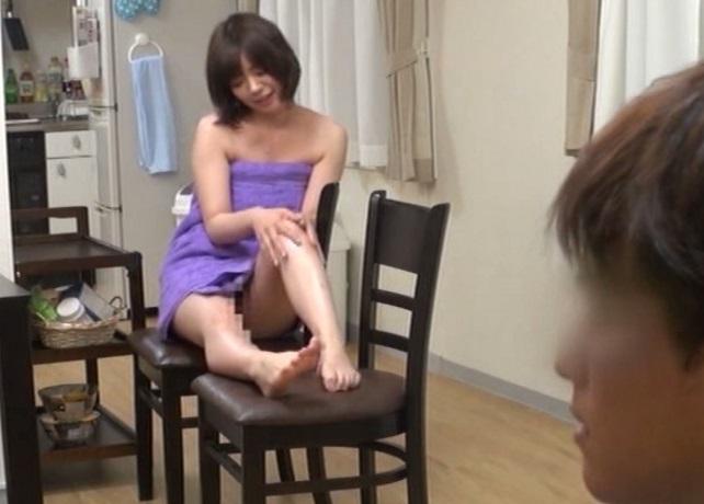 (ネトり強姦)上司の家で裸にBUSタオル1枚の奥さんが目の前でマッサージ…まんこがチラチラ見えて我慢の限界☆