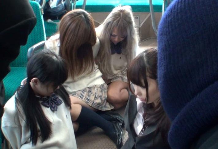 【集団レイプ】『生徒には手を出さないで…』女子生徒をかばってバスジャック犯に輪姦される女性教師