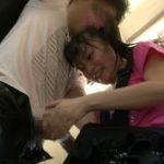 【企画】ロリ系女優が小学生のフリしてバスに乗り込み逆痴漢!いきなり子供にチンポを扱かれた男性客の反応wwwww