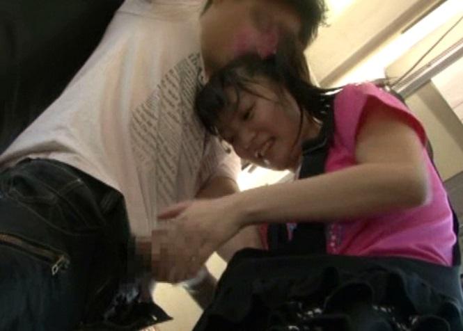 (企画)少女系女優が小●生のフリしてBUSに乗り込み逆チカン☆いきなり子供にちんこを扱かれた男性客の反応wwwwww
