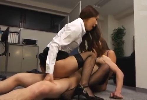 (逆強姦)逃げ場なし☆居残り中の社内で女上司二人に羽交い絞めされサンピー強制ナカ出し☆