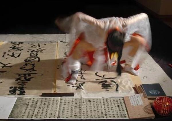 (局部アップ写真あり)女性器に筆を挿して書道をするベテラン前衛芸術家さん、中国美術家協会を追放されるwwwwwwwwww