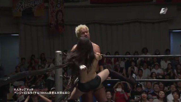(※おっき不可避※)女子プロレスの試合中にブラのホックが外れるという大ハプニング発生wwwwww(写真あり)