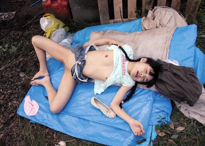 (※閲覧注意※)通学路で拉致され小さなワレメを大人達に何度も犯されたJS小さい乳10代小娘(初芽里奈)