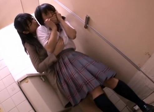 どこにでもいる普通の10代小娘が通学中に『女に強姦』されレズビアンの世界に引きずり込まれる☆