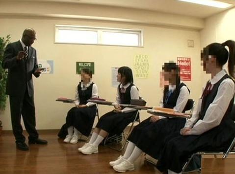 (少女強姦)まだ純粋娘だったのに…英会話教室のアフリカ人教師の巨大チンポに堕ちた中●生10代小娘たち