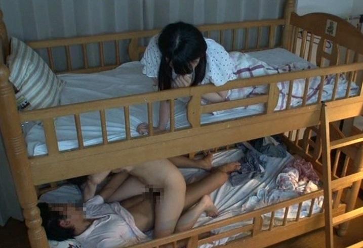 (姉イモウト丼)2段ベッドの下で強姦される姉のイキ声に我慢できないイモウトがおなにーを始めて…