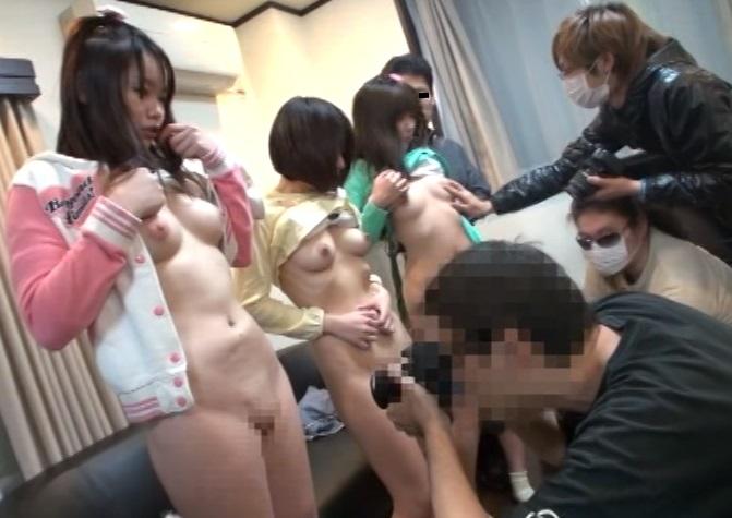 父親の借金返済のために女性器撮影会に売られたJS少女。暴走した大人達に次々と中出しされる…