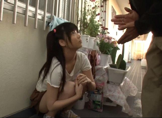 玄関前で親の帰りを待つ隣の●学生の口に強引媚薬を流し込み犯した犯行ムービー