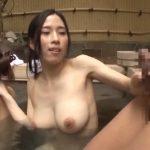 【親子丼】『こ…こっち向いたらダメよ!』混浴温泉で目の前のフル勃起に我慢出来ずしゃぶりだしたママを見て娘まで…