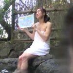 偶然、温泉レポート中の有名女子アナに遭遇!タオルの下からマンコがチラチラ見えるんだが…