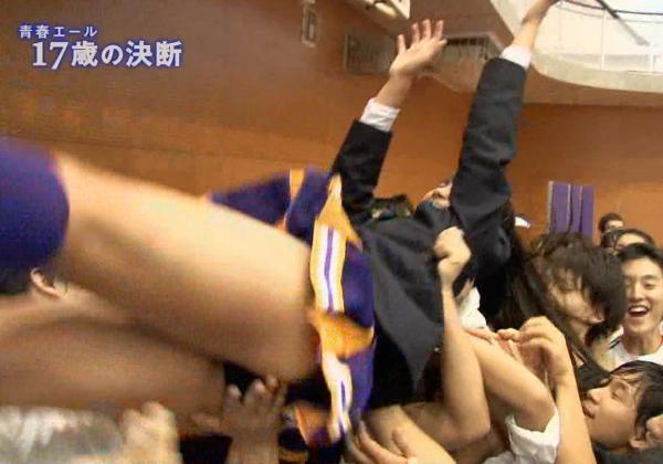 (写真あり)学校のBOYに胴上げされまんこに手が当たって感じちゃってる10代小娘の顔wwwwwwwwwwwwwwwwwwwwwwww