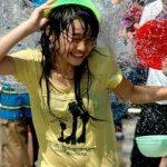 お姉さんも少女もみんな乳首ポッチ!タイの水かけ祭りがクッソエロいwwwwww