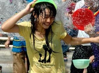 オネエさんも10代小娘もみんなチクビポッチ☆タイの水かけ祭りがクッソえろいwwwwww