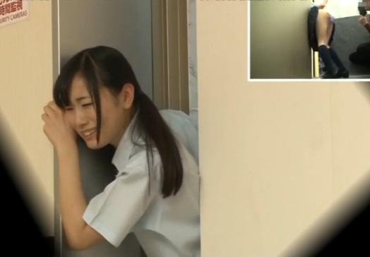(強姦)『おかしくなる☆抜いてぇぇえ☆』エレベーターに挟まった10代小娘に極太玩具を突っ込んで放置wwwww