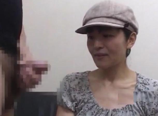 (ヒトヅマキャッチ)射精の瞬間に大ムラムラ☆チンチンを3年間見てない35才奥さんのセンズリ鑑賞