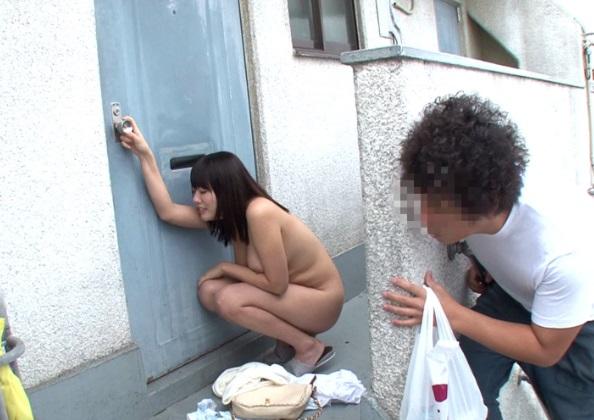 『お願い!家に入れて!』バイトから帰って来たら素っ裸の女(巨乳)が俺に助けを求めてきたんだが…