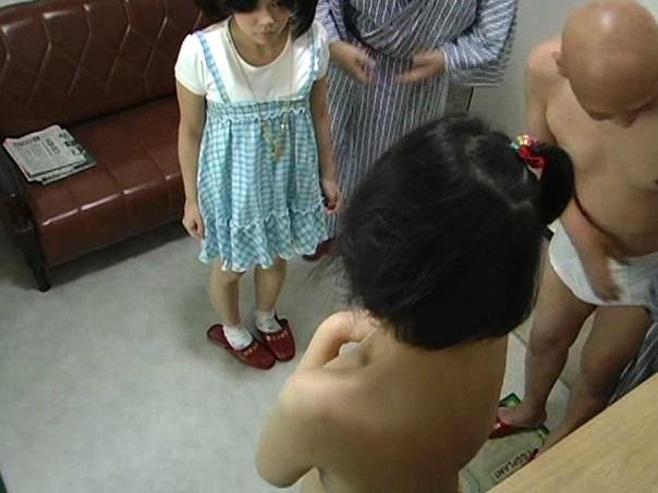 小中学生の娘を持つ父親がお互いの子供を交換SEX!貸切温泉でひっそりと行われてる近親サークルのヤバイ実態||素人,レイプ,ロリ,乱交,近親相姦,スワッピング,パイパン,JC,JS