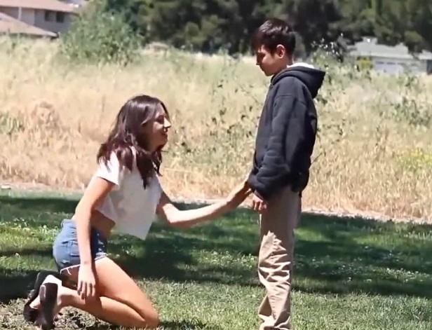 【海外おねショタ】『僕のおちんちん舐めて!』12歳の少年が街行くお姉さんにお願いするとんでもない動画がこちらw