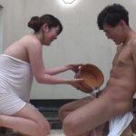 【モニタリング】『触ってもいい…?』初対面の男子大学生と人妻が混浴ミッション!血管が浮き出る若チンポに我慢できない奥さまが…