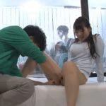【モニタリング】初めて見る友カノのマンコに勃起が止まらん!!マジックミラーの向こうに彼氏がいる状況で2人はSEXしてしまうのか!?