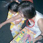 【ラッキースケベ】無防備な子連れママさんが乳首まで見せちゃってる胸チラまとめ!