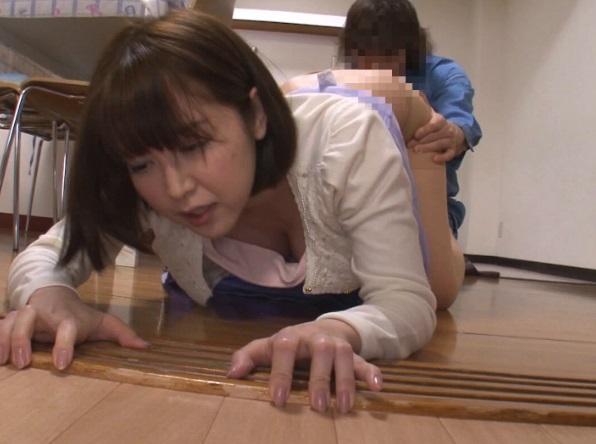 【NTR】「お願い!挿れるのだけは許して…」自宅に来たレ●プ魔から逃げる奥様をバックでぶち込む!!