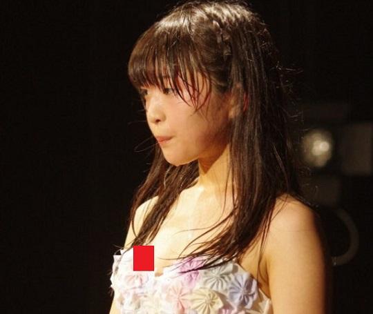 【悲報】JCアイドルさん、貧乳すぎてライブ中に浮きブラから乳首がずっと見えっぱなしに…