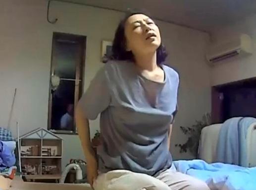 【個人撮影】アパートの管理人さん(53歳)宅に上がり込んでヤリまくった生々しい不倫SEX動画!