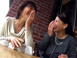 【熟女ナンパ】カフェでお茶してたお友達同士の五十路おばさん2人組をお持ち帰りして4P乱交!