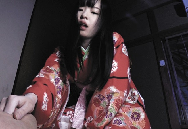 【ホラーAV】廃墟に引きずり込んで性欲を搾り取る!処女のまま死んだ少女の霊が取り憑いたパイパン日本人形