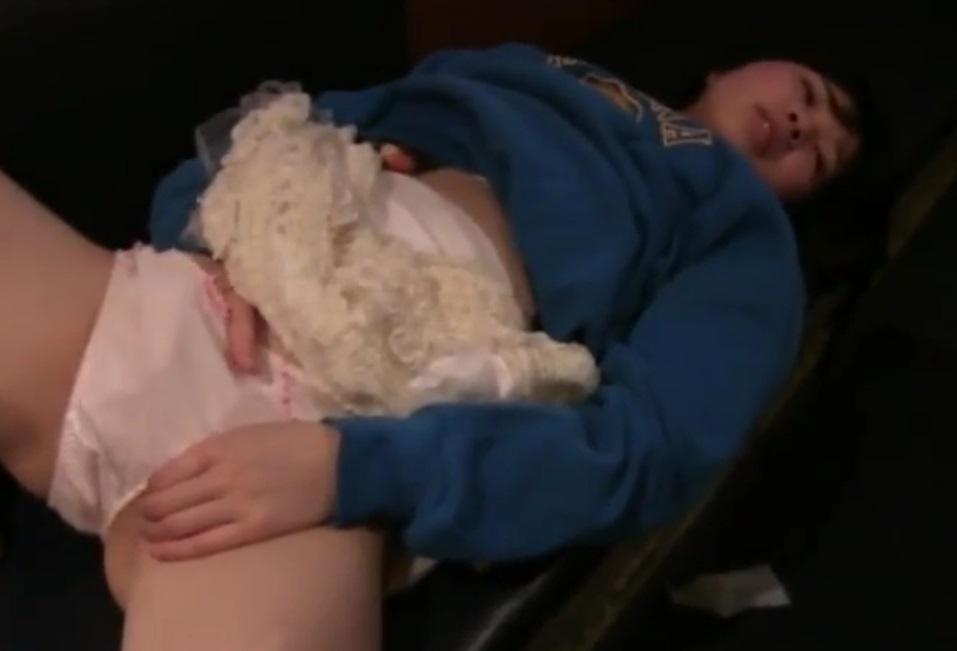【個人撮影】犯罪臭がハンパねぇ…カラオケ個室で中坊らしき少女にオナニーさせてる一部始終