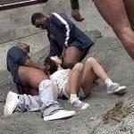 【閲覧注意】これマジ…?屋外の物陰でJCらしき少女が黒人3人にレイプされてるんだが