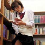 図書館に紛れてた官能小説を夢中で読んでるガリ勉女子校生の濡れてるマンコに後ろから即ハメレイプ!