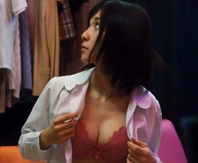 【GIF動画あり】Eカップゆっさゆさ!松岡茉優さん(25歳)が万引き家族で見せた自慰シーンが本気すぎるwww